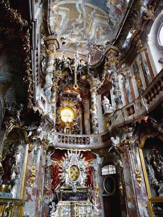 Otra vista del interior rococó de la iglesia