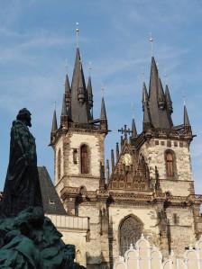 Jan Hus, mirando hacia la Iglesia Nuestra Señora de Tyn, principal iglesia husita entre 1419 y 1421