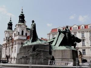 Monumento a Jan Hus y detrás la Iglesia de San Nicolás, devuelta a los husitas