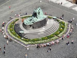 Vista desde lo alto de la Torre del Ayuntamiento de Praga del monumento a Jan Hus