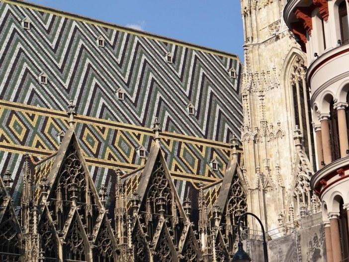 """Vista de la """"Stephansdom"""", con su techo a dos aguas de 230,000 tejas esmaltadas de varios colores."""