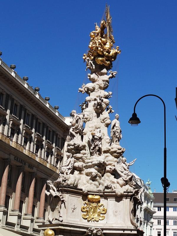 Torre de la peste, de estilo barroco, erigida en la calle peatonal Graben por el fin de la peste negra.