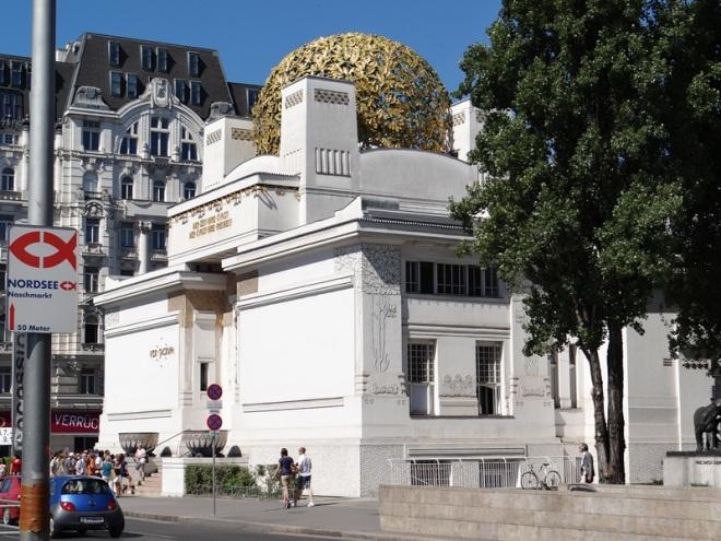 """Vista exterior del Edificio de la Secession. Arriba se observa el """"repollo de oro"""", como lo llaman los vieneses."""