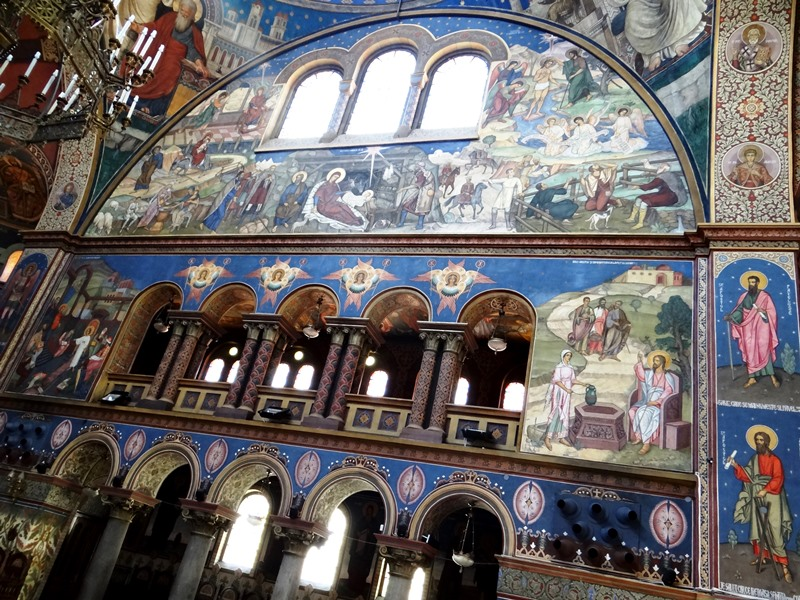 Vista de una de las paredes, pintada al estilo neobizantino