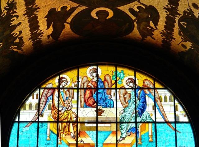 Vitral que representa las tres personas de la Santísima Trinidad, a quien está consagrada la Catedral