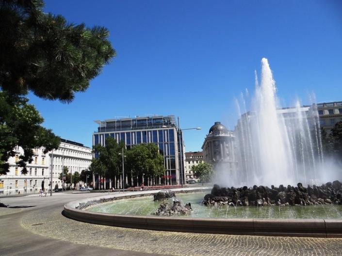 Fuente entre la Karlsplatz y el Palacio Belvedere