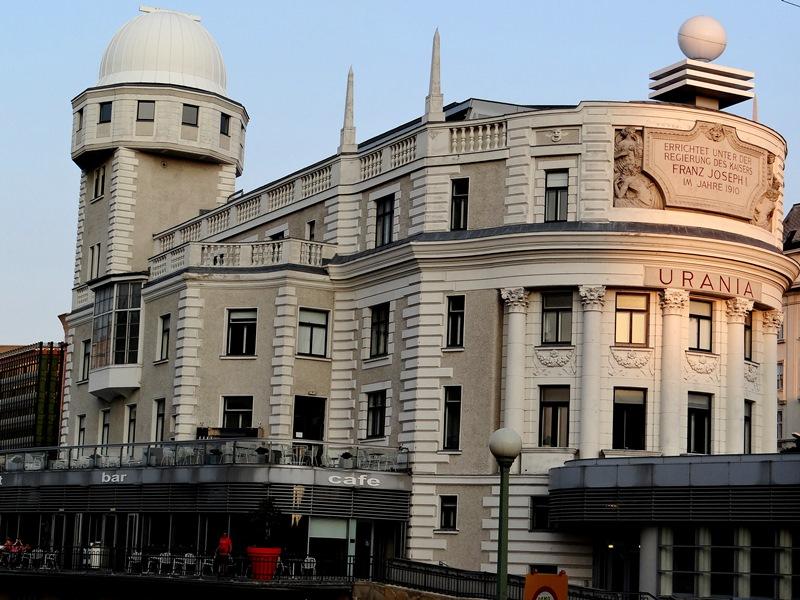Urania, uno de los edificios más originales de la ciudad
