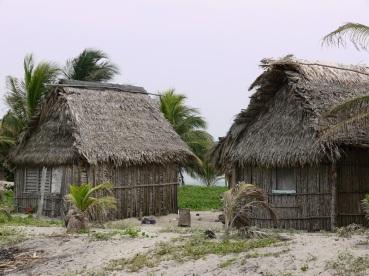 """""""Champa"""" es el nombre que recibe este tipo de edificación.Comunidad garífuna de Miami, Parque Nacional Jeannette Kawas, Tela, Honduras"""