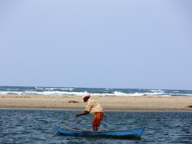 De este lado, la laguna donde está el pescador, luego la arena y allí nomás el mar. Comunidad garífuna de Miami, Parque Nacional Jeannette Kawas, Tela, Honduras.