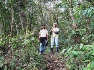 A la izquierda, el guía Leonel Chávez; a la derecha, quien escribe esta nota.
