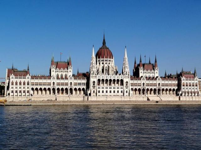 Parlamento de Hungría, ubicado en Pest, visto desde Buda