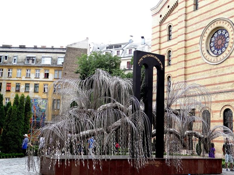 Memorial a los mártires judíos húngaros, de Imre Varga, es un árbol metálico cuyas hojas llevan los nombres de cada mártir