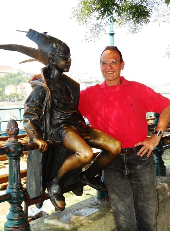 """Aquí con """"La princesita"""", más conocida por su nombre en inglés, """"Little Princess"""", probablemente la estatua más emblemática de Budapest"""