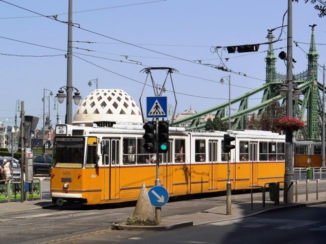 Tranvía frente al Hotel Gellert