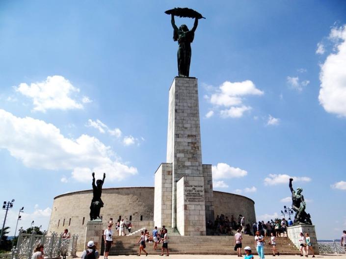 La Ciudadela fue un punto estratégico de control militar construida en la colina Gellert a mediados del siglo XIX. Hoy allí hay hermosos miradores panorámicos que dan al río Danubio y espléndidos monumentos, como el de la foto.
