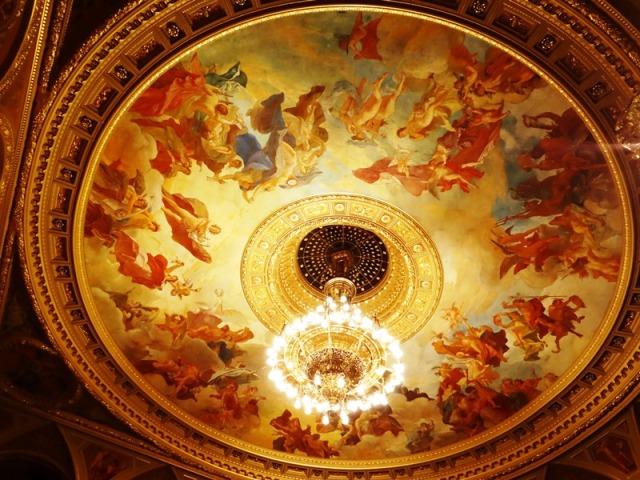 Vista interior de la Ópera; detalle del fresco la Apoteosis de la Música, y lámpara principal