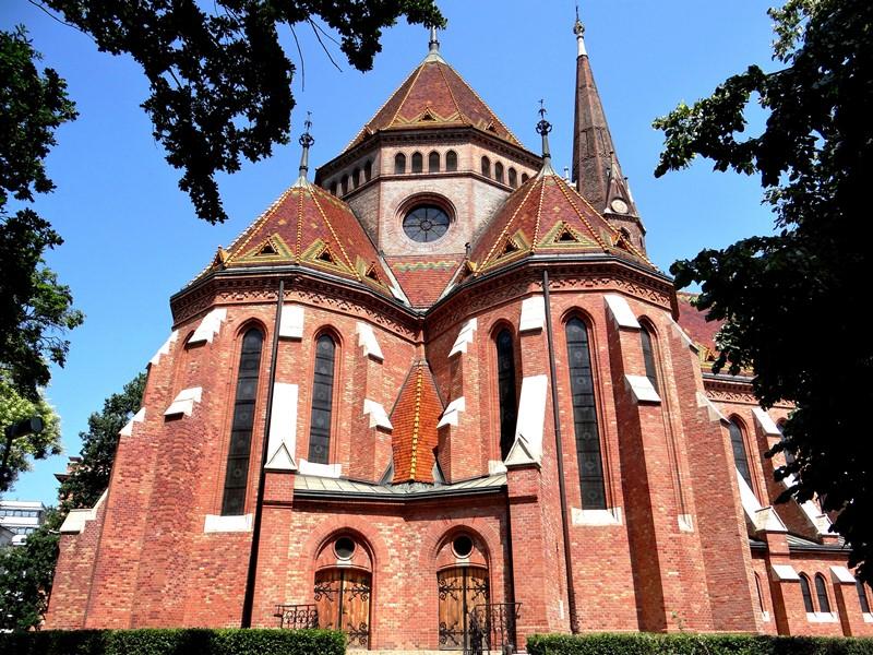 La espléndida Iglesia Luterana en el barrio de Víziváros, en Buda