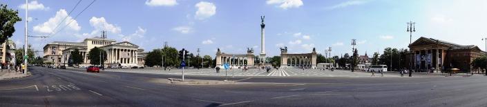 Panorámica de la Plaza de los Héroes, que incluye el Museo de Bellas Artes y el Palacio del Arte