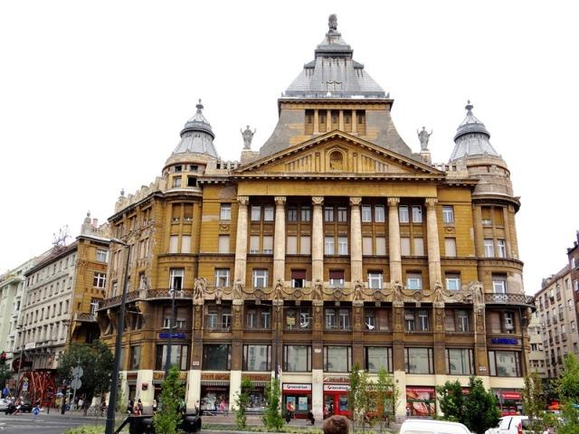 Edificio muy cerca del nacimiento de la avenida Andrassy