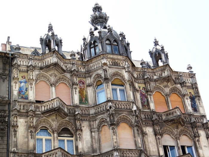 Este magnífico edificio cercano a la Gran Sinagoga luce espléndidos mosaicos neobizantinos con diseños art nouveau