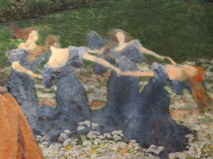Grupo de ninfas danzando, atrás, a la derecha.