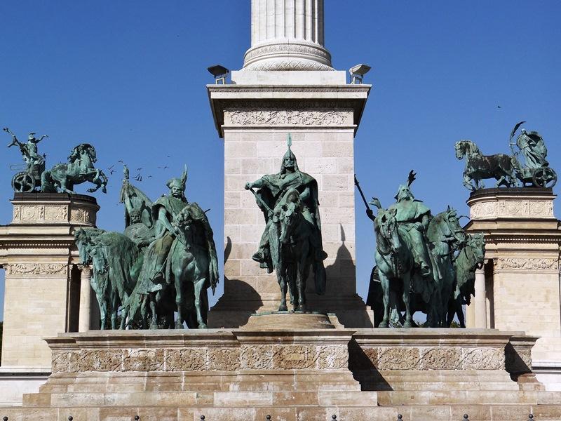 Detalle del Memorial del Milenio, que incluye el grupo escultórico de los líderes de las siete tribus magiares que fundaron Hungría