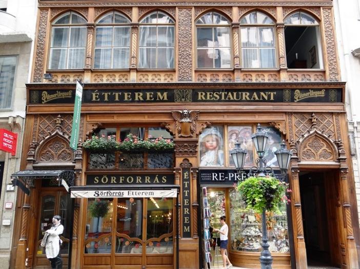Uno de los muchos restaurantes de excelente cocina húngara, ubicado en la calla Váci