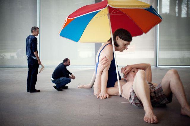 """""""Couple under un Umbrella"""", en español """"Pareja bajo una sombrilla"""" (2013). Esta obra mide 300 x 400 x 350 cm."""