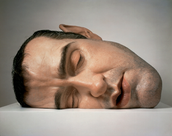 """Mask II"", en español ""Máscara II"" (2002). Mide 77 x 118 x 85 cm."