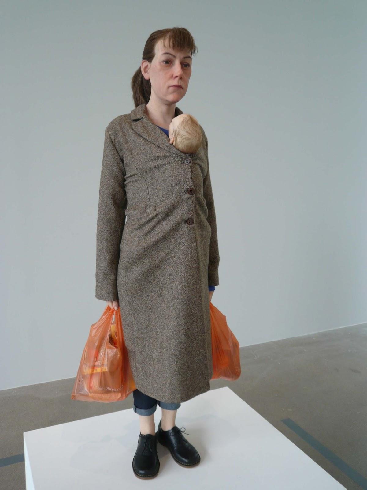 """""""Woman with Shopping"""", en español """"Mujer con las compras"""" (2013). El bebé extrañamente transportado observa a su mamá cuya mirada parece abstraída en sus propias preocupaciones."""