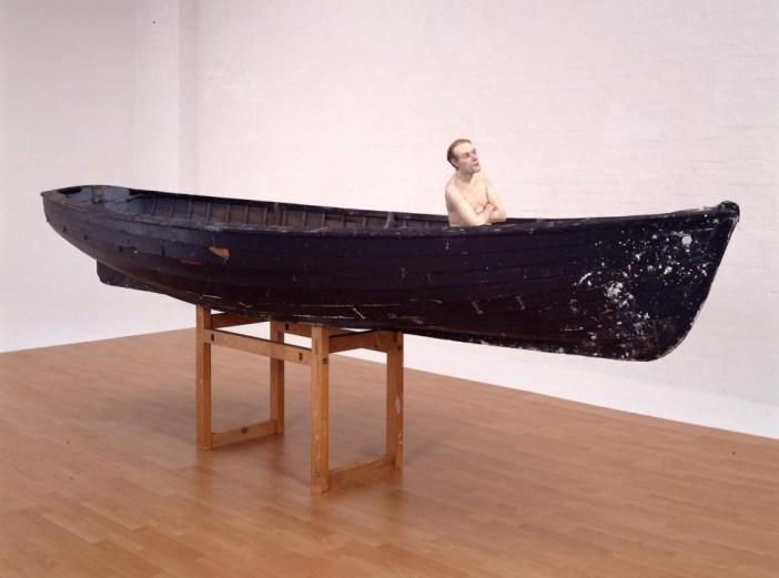 """""""Man in a boat"""", en español """"Hombre en un bote"""" (2002). Mide 159 x 138 x 425.5 cm."""