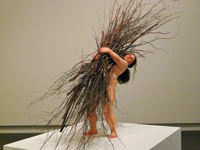 """Woman with sticks"", en español ""Mujer con ramas"" (2009). Mide 170 x 183 x 120 cm."