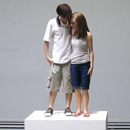 """Young couple"", en español ""Joven pareja"" (2013). Mide 89 x 43 x 23 cm."