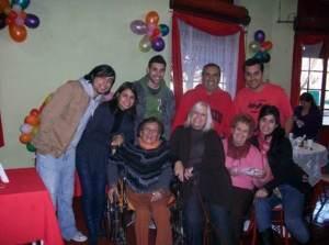 Oscar y Nora Allende junto a sus hijos Melina, Anabella, Rodrigo, Mariano y el resto de la familia