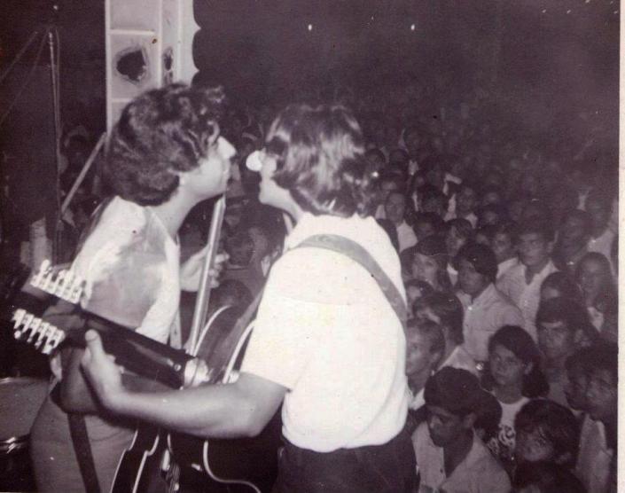 Oscar Allende a la izquierda tocando en Solvente
