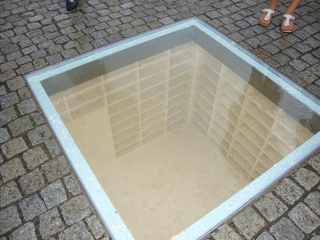"""Monumento conmemorativo de """"La quema de los libros"""" en la Bebelplatz"""
