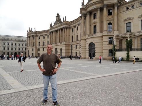 El autor de esta nota en la Bebelplatz