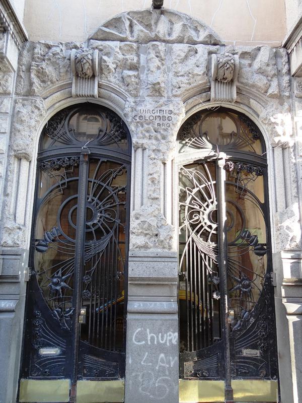 La doble entrada de la Casa Calise. Nótese el bello trabajo de herrería de las puertas rodeadas por las paredes caladas