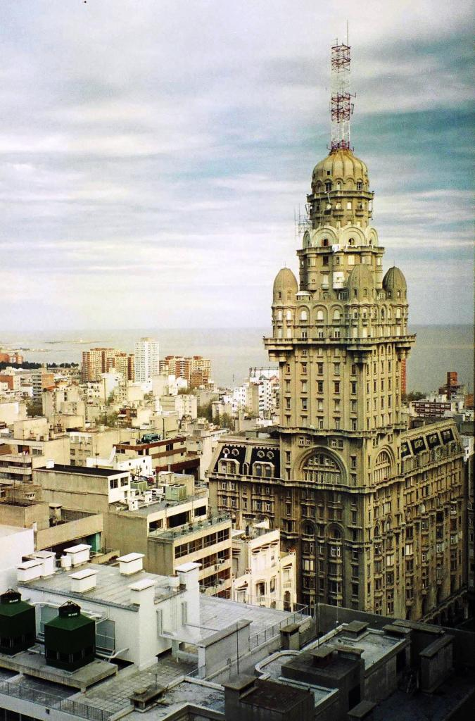 """Vista del Palacio Salvo de Montevideo, hermano """"gemelo"""" del Barolo"""