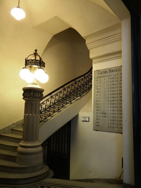 Vista de una de las escaleras principales.