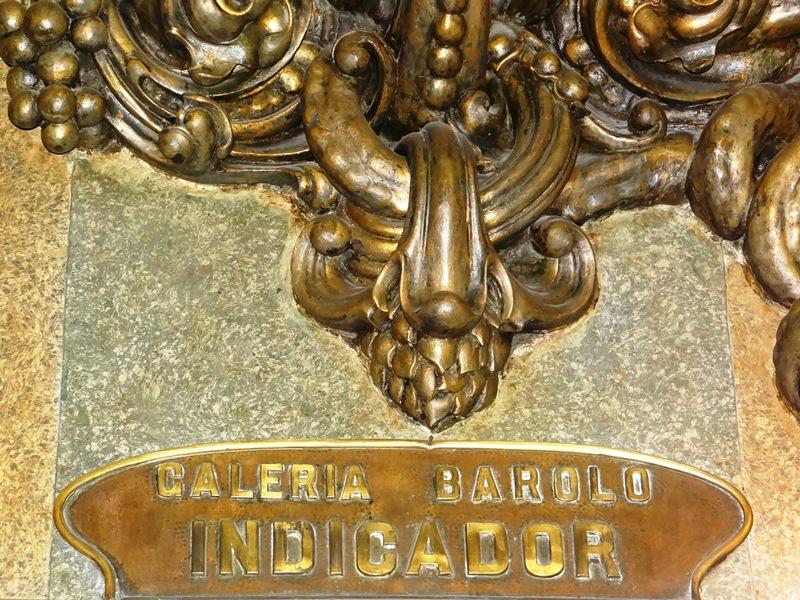 El pasaje, también llamado galería, recuerda el nombre del italiano que financió el proyecto de Palanti.