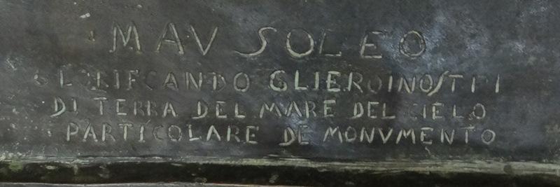 Texto de la base de la escultura, hecha por Palanti.