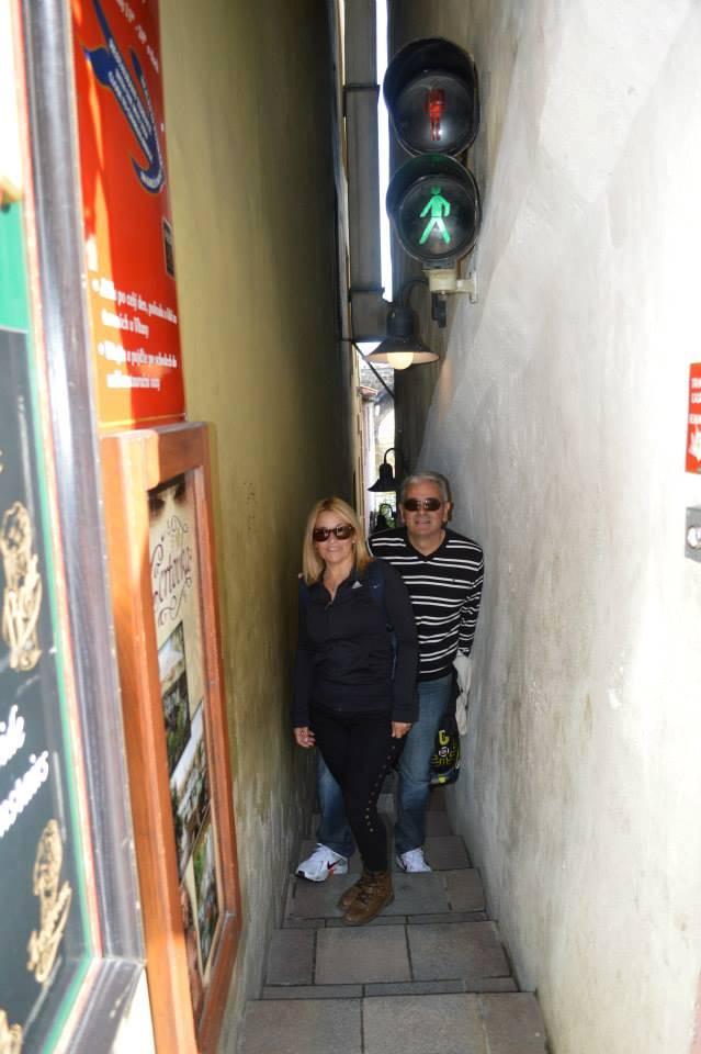 Nelly y Alberto Diez en la calle más angosta de Praga, en Mala Strana