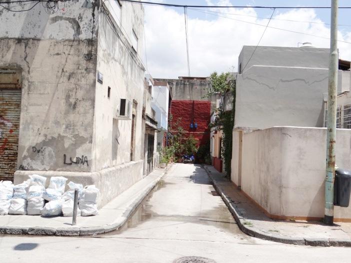 Vista de la esquina del Pasaje Trieste con la calle Juan A. Boeri, visto desde el Pasaje Triste, avanzando desde Tupac Amaru. Al fondo se ve el paredón rojo donde termina la calle.