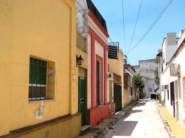 Pasaje Trieste, vista parcial de la primer cuadra, lado norte, desde la calle Juan A. Boeri hacia la calle Tupac Amaru (ver paredón al fondo)