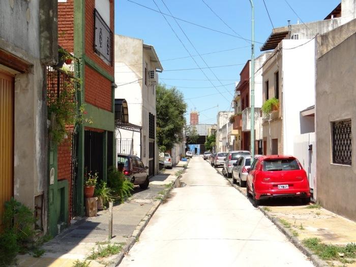 Otra vista de la calle Juan A. Boeri, avanzando desde la calle Gral. César Díaz. Como se ve, los autos estacionan en la acera.