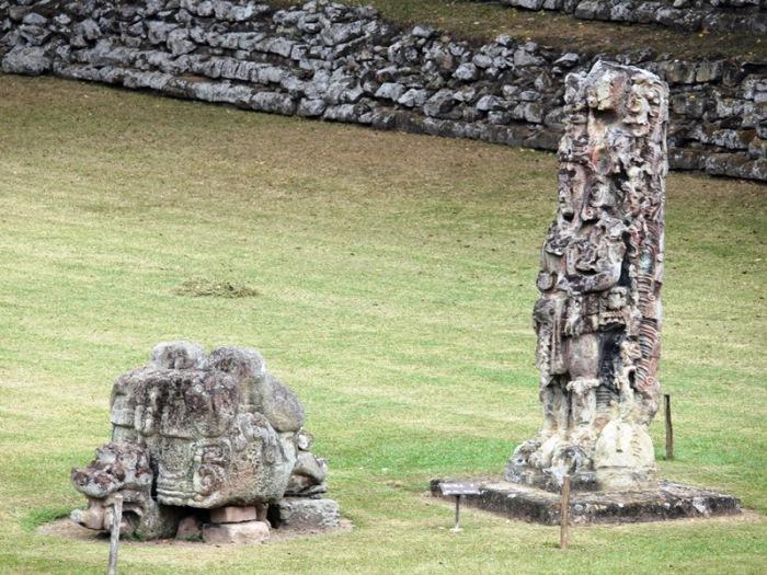 023-p1170577-estela-f-con-altar
